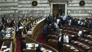 «Θύελλα» στη Βουλή για τις τροπολογίες Βρούτση - Αποχώρησε σύσσωμη η αντιπολίτευση