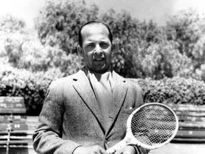 1938, Αθήνα, Ο διάδοχος του ελληνικου θρόνου, Παύλος, ετοιμάζεται για έναν αγώνα τένις.