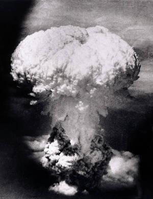 1945, πάνω από το Ναγκασάκι. Η φωτογραφία τραβήχτηκε από ένα αμερικανικό αεροπλάνο λίγα λεπτά μετά την ατομική έκρηξη στο Ναγκασάκι. Η βόμβα σκότωσε αμέσως πάνω από 70.000 ανθρώπους, ενώ πολλοί ακόμα πέθαναν αργότερα ως αποτέλεσμα της έκθεσής τους στη ραδ