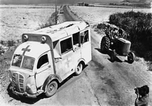 1964, Κύπρος. Ένα κατετραμμένο ασθενοφόρο βρίσκεται στην άκρη του δρόμου, μετά από αεροπορική επιδρομή των Τούρκων.
