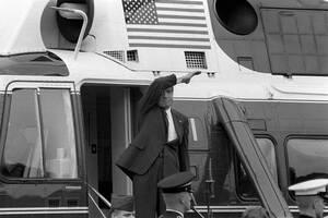 1974, Ουάσινγκτον. Την ημέρα της παραίτησής του, ο Ρίτσαρντ Νίξον χαιρετά, καθώς φεύγει από το Λευκό Οίκο. Το σκάνδαλο Γουότεργκέιτ ήταν αυτό που οδήγησε στην πρώτη παραίτηση Αμερικανού Προέδρου στην ιστορία.