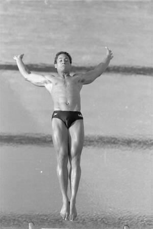 1984, Λος Άντζελες. Ο Γκρεγκ Λουγκάνις στους τελικούς των καταδύσεων ανδρών στους Ολυμπιακους Αγώνες του Λος Άντζελες, όπου είναι φαβορί για το χρυσό μετάλλιο.