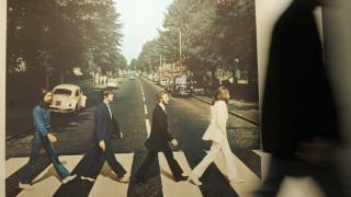 50 χρόνια από το Abbey Road, οι φαν των Beatles τούς τιμούν στη διάσημη διάβαση