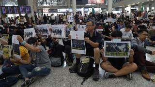 Χονγκ Κονγκ: Χιλιάδες πολίτες συγκεντρώθηκαν στο αεροδρόμιο - Διαδηλώσεις όλο το Σαββατοκύριακο