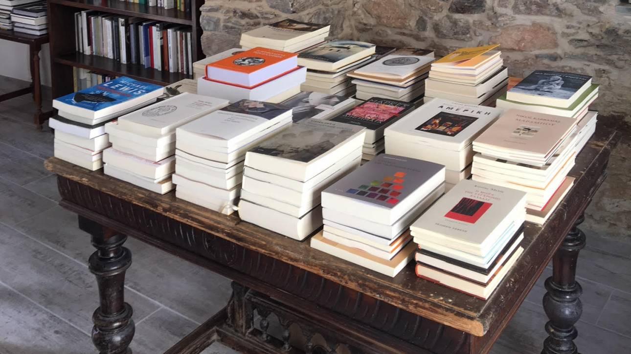 Σίκινος: Το νησί χωρίς ταξί και τράπεζες, έχει ένα ιδιαίτερο βιβλιοπωλείο