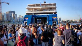 H μεγάλη... έξοδος: Φεύγουν οι αδειούχοι του Δεκαπενταύγουστου, το αδιαχώρητο στα λιμάνια