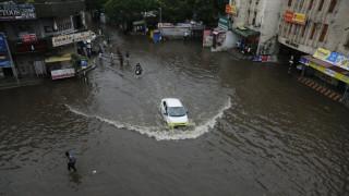 Ινδία: Τουλάχιστον 100 νεκροί από τις πλημμύρες που προκάλεσαν οι μουσώνες