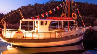 Γιάννης Βελλιανίτης: Ο καπετάνιος που κυβερνά το πιο παλιό ξύλινο καράβι των Παξών