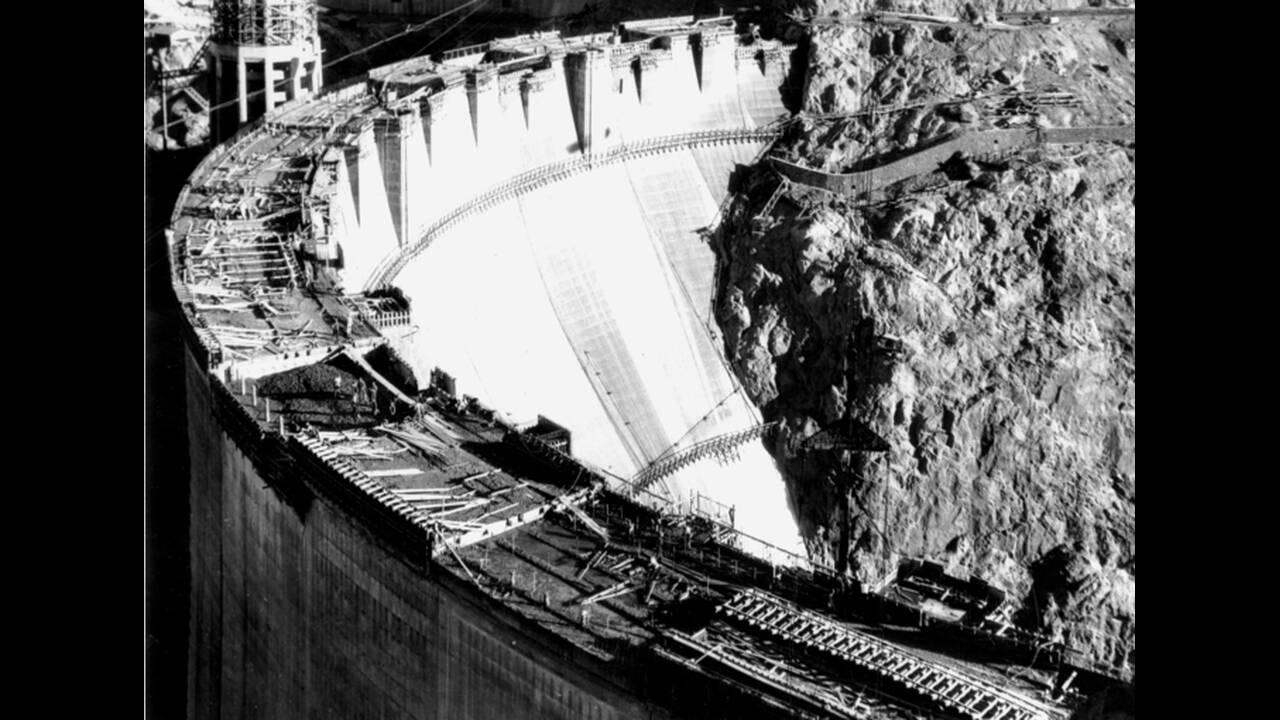 1931, Φράγμα Χούβερ. Περισσότερα από 250 μέτρα πάνω από τον ποταμό Κολοράντο, εργάτες ολοκληρώνουν την κατασκευή του Φράγματος Χούβερ.