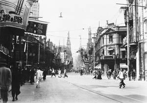 1937, Σανγκάη. Η οδός Νανκίνγκ, ο βασικός εμπορικός δρόμος της Σανγκάης, την ημέρα που η πόλη κυρήχθηκε σε κατάσταση πολιορκίας από τον ιαπωνικό στρατό.