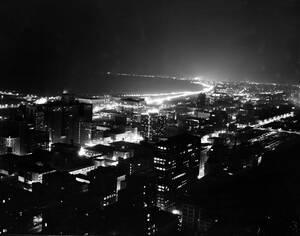 1942, Σικάγο. Τα φώτα της πόλης του Σικάγο κλείνουν σταδιακά, κατά τη διάρκεια μισάωρης δοκιμής συσκότισης.