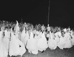 1950, Ατλάντα. Μια ομάδα νέων μελών γονατίζουν μπροστά στο σταυρό κατά τη διάρκεια της τελετής εισόδου τους στην Ku Klux Klan. Περίπου 2.000 μέλη παρακολούθησαν την τελετή και 50 νέα μέλη ορκίστηκαν πίστη στην οργάνωση.