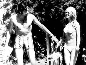 1966, Σεν Τροπέ. Η Γαλλίδα ηθοποιός Μπριζίτ Μπαρντό και ο σύζυγός της Γκίντερ Σακς σε διακοπές στο Σεν Τροπέ της γαλλικής Ριβιέρας.