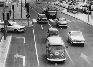 1967, Στοκχόλμη. Η κίνηση στη Σουηδία γίνεται ακόμα στην αριστερή πλευρά του δρόμου, πριν την αλλάγή, που προετοιμάζεται ήδη όπως δείχνουν και τα βέλη στην άσφαλτο.