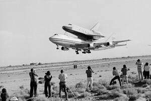 1977, Καλιφόρνια. Το διαστημικό Λεωφορείο Έντερπραϊζ βρίσκεται επάνω σε ένα 747, το οποίο απογειώνεται από τη στρατιωτική βάση Έντουαρντς. Το διαστημικό Λεωφορείο να κάνει την πρώτη του δοκιμαστική πτήση σε λίγα λεπτά.