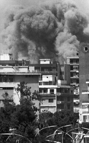 1982, Βυρηττός, Καπνός και φλόγες σε προάστειο της Βυρηττού, μετά από μια ακόμα ισραηλινή επιδρομή.