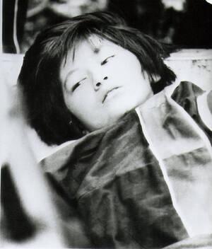 1985, Ιαπωνία. Η Κέικο Καβακάμι είναι μια από τους μόλις 4 επιζώντες του αεροπορικού δυστυχήματος της πτήσης της Japan Airline που συνετρίβη σε βουνά στην κεντρική Ιαπωνία. Η επιχείρηση διάσωσης κράτησε 17 ώρες. Η Κέικο είπε ότι λίγο πριν τη βρουν ζωντανή