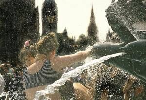 1995, Λονδίνο. Κάτοικοι της αγγλικής πρωτεύουσας προσπαθουν να δροσιστούν στο συντριβάνι της πλατείας Τραφάλγκαρ, καθώς ένα πρωτοφανές κύμμα ζέστης χτυπάει εδώ και μέρες τη Μεγάλη Βρετανία.