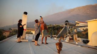 «Ακούστηκαν εκρήξεις»: Τι λένε κάτοικοι για τη φωτιά στον Υμηττό