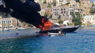 Φωτιά σε θαλαμηγό μέσα στο λιμάνι της Σύμης