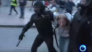 Σάλος στη Ρωσία με βίντεο που δείχνει αστυνομικό να γρονθοκοπεί διαδηλώτρια