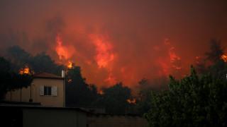 Πύρινη κόλαση στην Εύβοια: Συνεχείς εκκενώσεις χωριών, καίγονται σπίτια στο Μακρυμάλλη