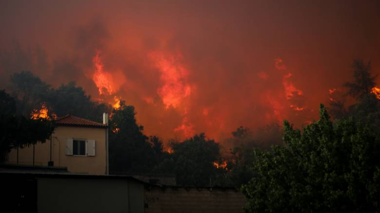 Σε πύρινο κλοιό η Εύβοια: Εκκενώθηκαν τέσσερα χωριά - Προς τα Ψαχνά οι φλόγες