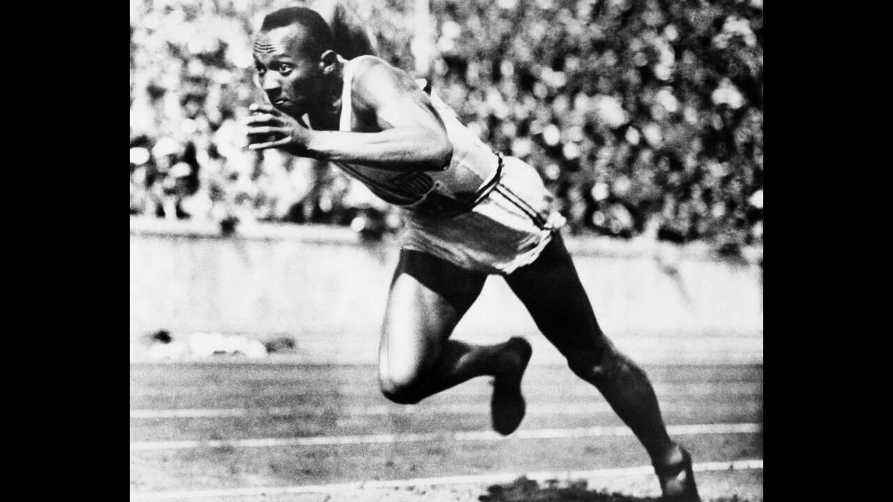 1936, Βερολίνο. Ο Αμερικανός σπρίντερ Τζέσε Όουενς τρέχει τα 200 μέτρα σε μια από τις προκριματικές σειρές, στους Ολυμπιακούς Αγώνες του Βερολίνου. Κέρδισε τον τελικό με 20,7 δευτερόλεπτα.