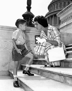 1957, Ουάσινγκτον. Ο 5χρονος Μάικλ Ντέλα, που επισκέπτεται την Ουάσινγκτον με τους γονείς του, έχει σταματήσει τη Σοφία Λόρεν στα σκαλιά του Καπιτωλίου, ζητώντας της ένα αυτόγραφο. Η ηθοποιός βρίσκεται στην πρωτεύουσα για τα γυρίσματα της τελευταίας της τ