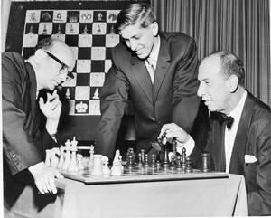 1961, Λος Άντζελες. Ο 16χρονος σκακιστής Μοόμπι Φίσερ, όρθιος στη φωυογραφία, δεν εμφανίστηκε στο 12ο αγώνα με τον Σάμιουελ Ρατσέφσκι (αριστερά), λέγοντας ότι 11 το πρωί είναι πολύ νωρίς για να πάιζει κανείς σκάκι.