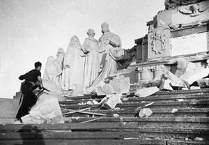 1936, Μαδρίτη. Ένα τεράστιο άγαλμα, το Cerro De Los Angeles, καταστρέφεται από εκτελεστικό απόσπασμα των κομμουνιστικών δυνάμεων...