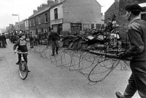 1969, Μπέλφαστ. Βρετανοί στρατιώτες σηκώνουν φράχτες από συρματόπλεγμα ανάμεσα στις συνοικίες των Καθολικών και των Προτεσταντών, στο Μπέλφαστ.