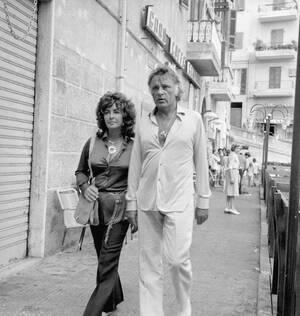 1971, Ιταλία. Η ηθποιός Ελίζαμπεθ Τέιλορ και ο σύζυγός της, Ρίτσαρντ Μπάρτον περπατούν χέρι-χέρι σε ένα θέρετρο της Ιταλίας.
