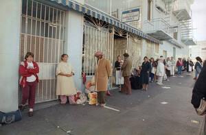 1987, Σαν Φρανσίσκο. Γυναίκες στέκονται στην ουρά έξω από το Ίδρυμα St. Anthony's στο Σαν Φρανσίσκο, περιμένοντας να μπουν στο άσυλο γυναικών, για στέγη, τροφή και ένα ζεστό μπάνιο. Οι υπεύθυνοι του St. Anthony's δουλεύουν με το Αμερικανικό Ινστιτούτο Αρχ