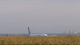 Συναγερμός στη Ρωσία: Αναγκαστική προσγείωση αεροσκάφους σε χωράφι