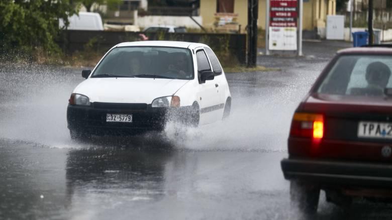 Καταρρακτώδεις βροχές και κεραυνοί στο Βόλο - Προβλήματα στην ηλεκτροδότηση
