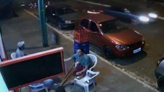 «Ξινή» η έξοδος: Έπινε αμέριμνος τη μπύρα του όταν τον παρέσυρε αδέσποτη ρόδα αυτοκινήτου