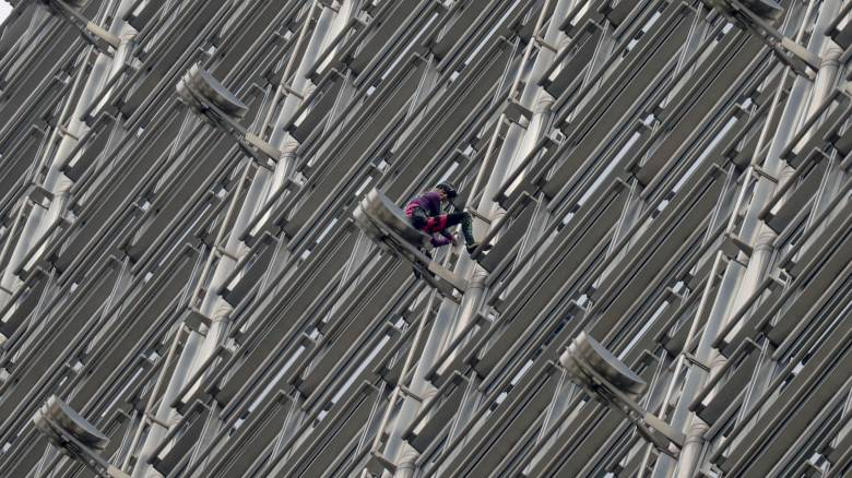 Ο Γάλλος «Spiderman» στο πλευρό των διαδηλωτών στο Χονγκ Κονγκ: Κρέμασε πανό σε ουρανοξύστη