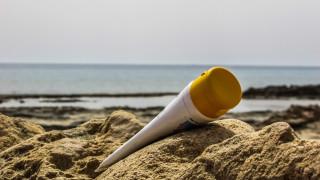Τα αντηλιακά αφήνουν μέταλλα στη θάλασσα: Τι αποκαλύπτει νέα έρευνα