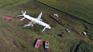 Η Ρωσία τίμησε τον πιλότο - ήρωα που έσωσε 232 ζωές όταν το αεροπλάνο συγκρούστηκε με πουλιά (vid)