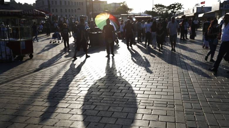 Όσκαρ τιμιότητας: Βρήκε 320.000 σε παγκάκι και τα παρέδωσε στην αστυνομία