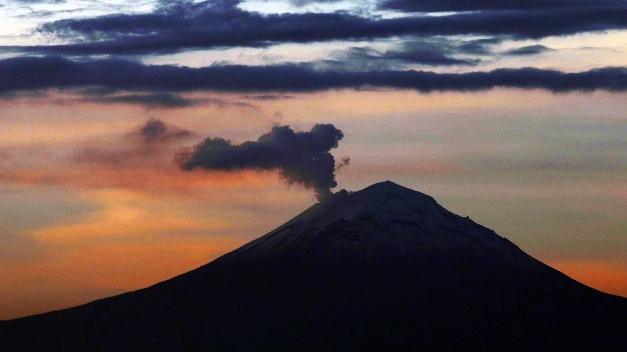 Εντυπωσιακές εικόνες από την έκρηξη του ηφαιστείου Ποποκατέπετλ στο Μεξικό