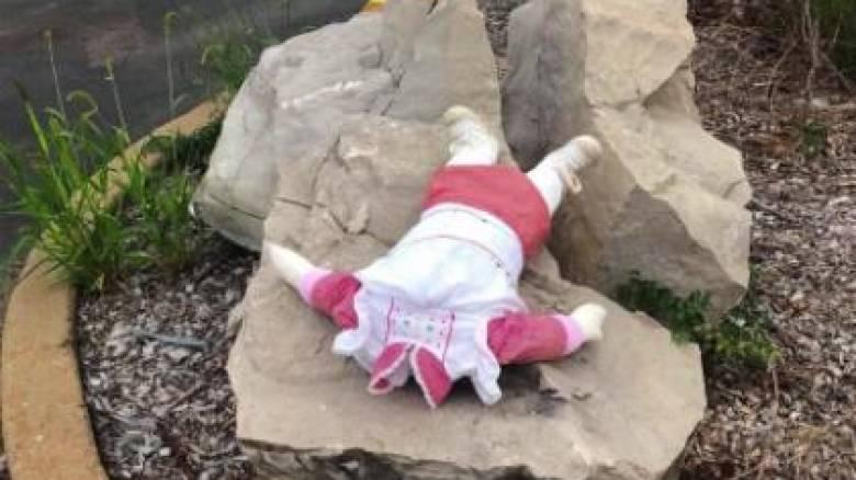 Οι δρόμοι γέμισαν με ακέφαλες κούκλες: Το ανατριχιαστικό μυστήριο που έχει ξεσηκώσει μία πόλη