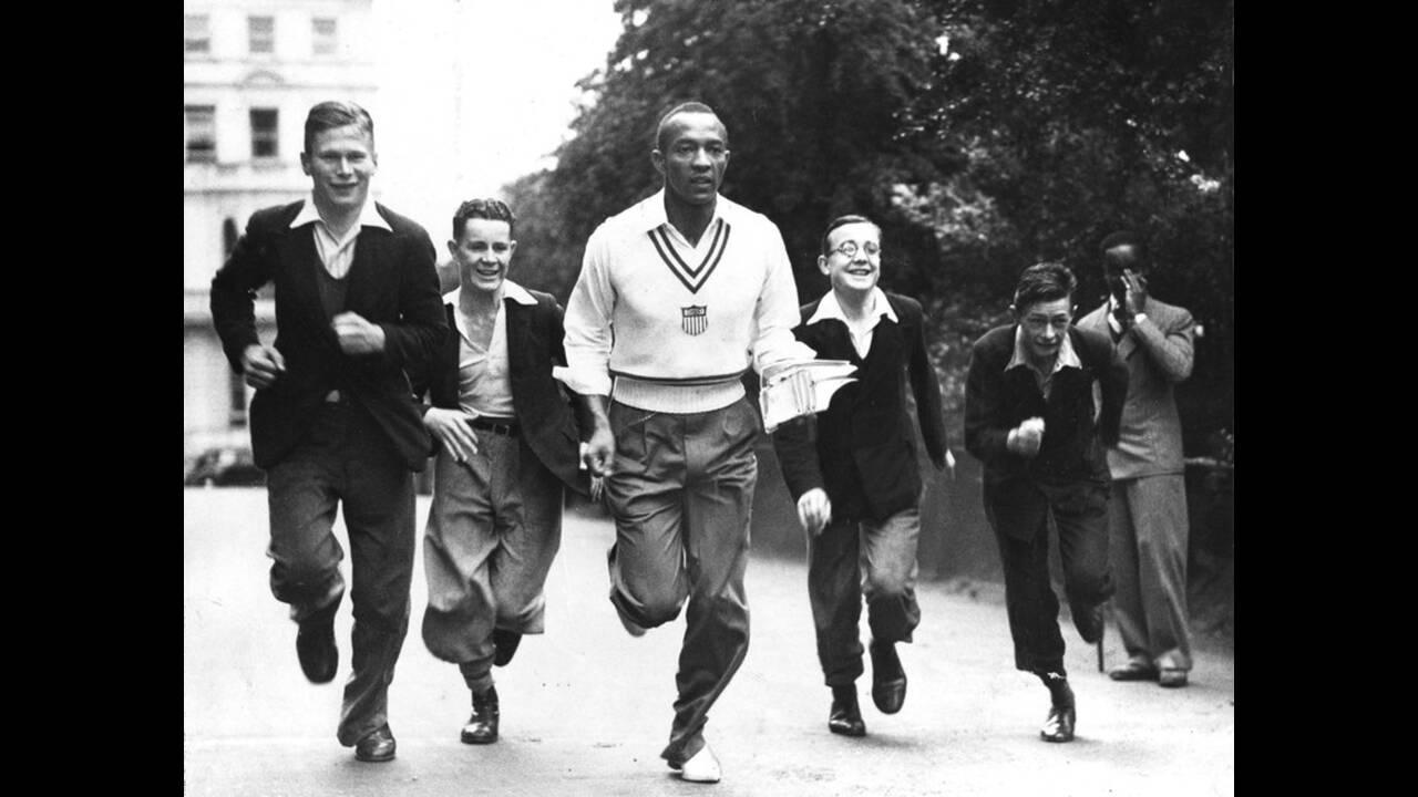 1936, Λονδίνο. Ο Ολυμπιονίκης Τζέσε Όουενς γίνεται το επίκεντρο της προσοχής μιας ομάδας αγοριών, καθώς τρέχει στο Χάιντ Παρκ του Λονδίνου.