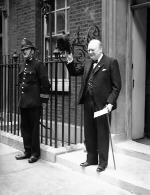 1941, Λονδίνο. Ο Βρετανός πρωθυπουργός Ουίνστον Τσόρτσιλ φεύγει από την κατοικία του. Στα χέρια του έχει ένα γράμμα από τον Αμερικανό πρόεδρο Φρανκλίνο Ρούσβελτ προς τον Βρετανό μονάρχη, Γεώργιο τον 6ο, το οποίο πηγαίνει να παραδώσει.
