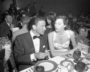 1951, Ρίνο. Ο τραγουδιστής Φρανκ Σινάτρα και η Άβα Γκάρντνερ δειπνούν μαζί στο Ρίνο, όπου εκείνος πρόκειται να εμφανιστεί, ενώ μια εβδομάδα νωρίτερα ανακοίνωσε ότι οι δύο τους «με βεβαιότητα κάποια στιγμή θα παντρευτούν».
