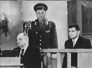1960, Μόσχα. Ο Φράνσις Γκάρι Πάουερς (δεξιά), πιλότος του U-2 που κατέπεσε πάνω από τη Σοβιετική Ένωση, δικάζεται για κατασκοπία.