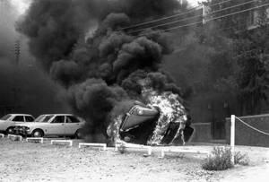 1974, Λευκωσία. Πυκνοί καπνοί καλύπτουν την πρόσοψη της αμερικανικής πρεσβείας στη Λευκωσία, μετά από εισβολή πλήθους -διαμαρτυρόμενου για την αμερικανική πολιτική στην Κύπρο- μέσα σε αυτήν. Στα επεισόδια σκοτώθηκε ο Αμερικανός πρέσβης στην Κύρο Ρότζερ Ντ