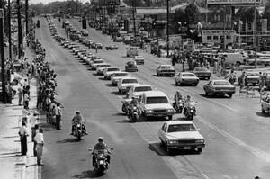 1977, Μέμφις. Η νεκρώσιμος ακολουθία του Έλβις Πρίσλεϊ κατεβαίνει τη Λεωφόρο που φέρει το όνομά του, στο Μέμφις και κατευθύνεται προς το νεκροταφείο Φόρεστ Χιλ, όπου και θα ταφεί ο τραγουδιστής.