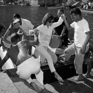 1962, Αμάλφι. Ένας Ιταλός ναύτης και ένας αστυνομικός βοηθούν την πρώτη κυρία των ΗΠΑ, Τζάκι Κένεντι, να βγει από ένα σκάφος στο Αμάλφι, όπου κάνει διακοπές μαζί με την κόρη της Καρολάιν και την αδελφή της, Λι Ρατζίβιλ.